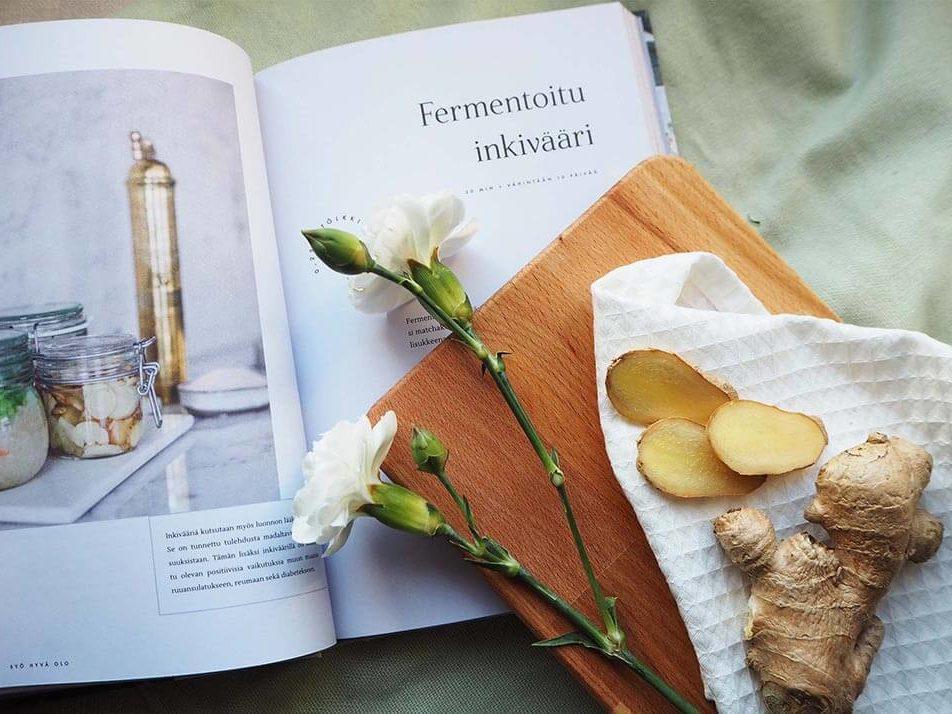 Vatsaystävällinen resepti syntyy fermentoinnin eli hapatuksen kautta. Kirjassa kuva reseptikirjasta.